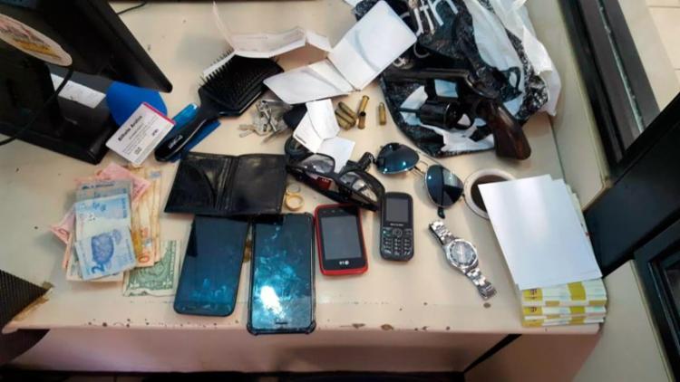 Dinheiro, celulares e uma arma foram apreendidos com o trio - Foto: Divulgação | Polícia Militar