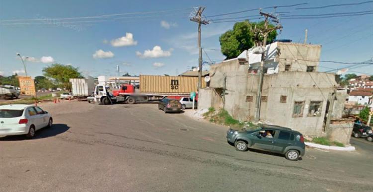 Carro incendiado foi achado atrás de um posto de combustível - Foto: Reprodução | Google Maps