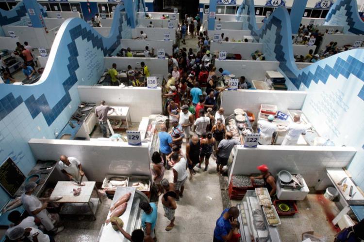 O local é referência na comercialização de pescados frescos e teve grande movimento de consumidores ontem - Foto: Mila Cordeiro   Ag. A TARDE