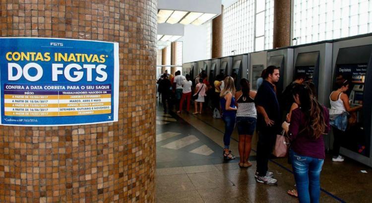 Até a 2ª quinzena de junho, contas inativas injetaram cerca de R$ 13,7 bi na economia - Foto: Miguel Schincariol | AFP