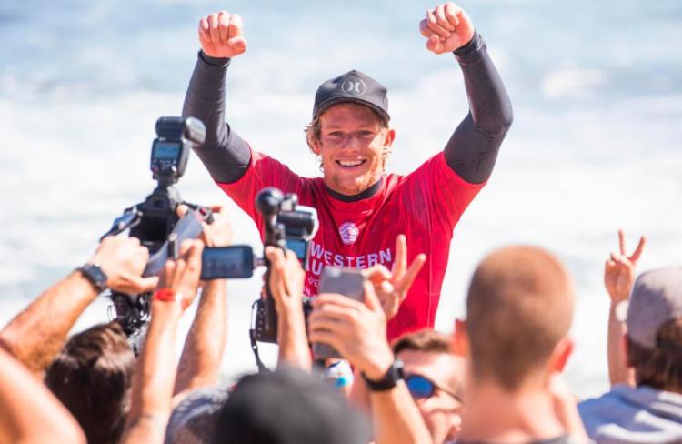 John John celebra resultado nos braços da galera - Foto: Divulgação | WSL