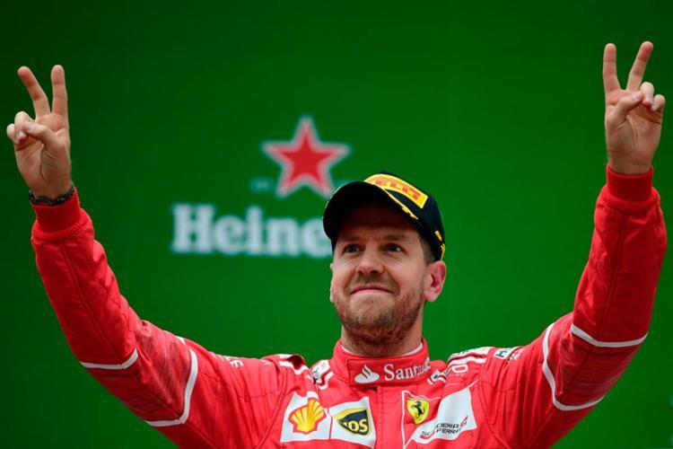 Vettel e Hamilton seguem empatados na liderança - Foto: Johannes Eisele   AFP