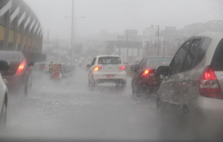 Fortes chuvas provocaram transtornos no trânsito da capital baiana - Foto: Xando Pereira   Ag. A TARDE