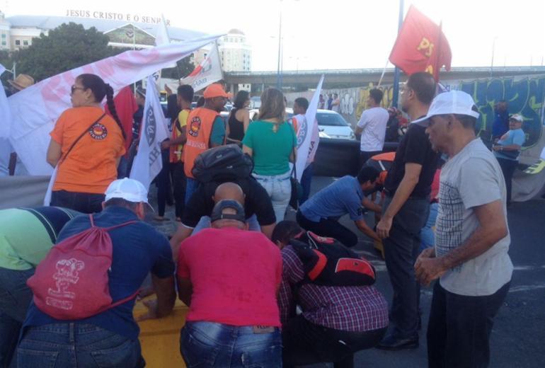 Em Salvador, manifestantes fecham trânsito na região do Shopping da Bahia