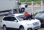 Mulher reage a assalto e se joga em capô nos EUA | Foto: