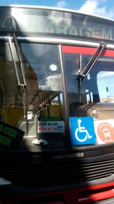 Ônibus foi levado para Delegacia de Furtos e Roubos na Baixa do Fiscal - Foto: Cidadão Repórter | Ag. A TARDE