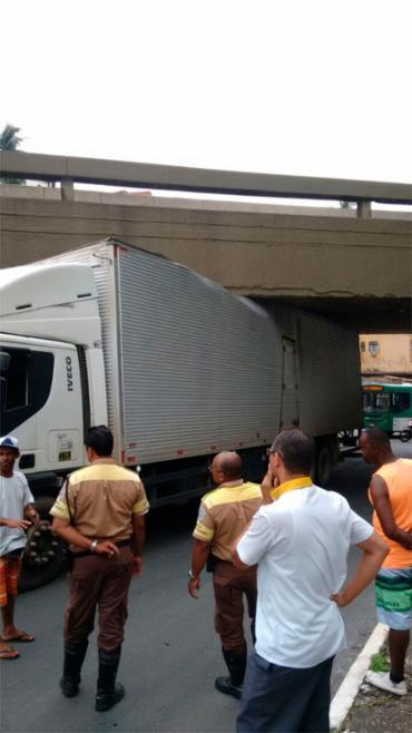 Motorista errou o caminho e acabou com veículo preso - Foto: Cidadão Repórter