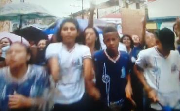 Alunos protestam por falta de aula no Colégio Estadual Carneiro Ribeiro Filho - Foto: Reprodução | Tv Bahia