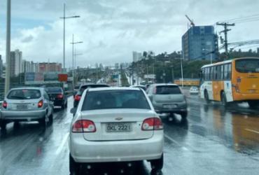 Carro quebrado causa congestionamento na avenida Paralela