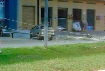 Poste cai após ser atingido por carro na Estrada do Coco e trânsito fica travado