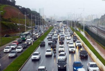 Chuva deixa trânsito lento na avenida Paralela