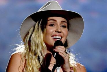 Miley Cyrus apresenta 'Malibu' ao vivo pela primeira vez