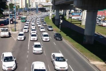 Taxistas fazem carreata em protesto contra a Uber
