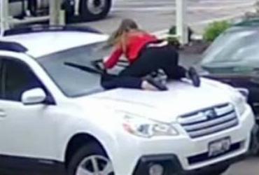 Mulher reage a assalto e se joga em capô nos EUA