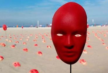 ONG espalha máscaras em Copacabana para pedir renúncia de Temer