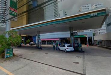 Bandidos amarram segurança e assaltam posto de combustível