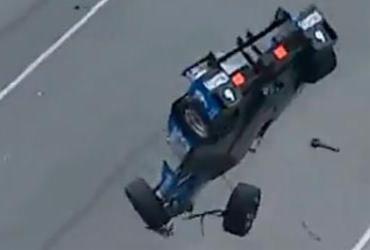 Carro decola em acidente impressionante nas 500 Milhas de Indianápolis