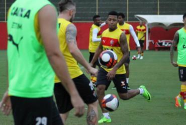 Wesley Carvalho faz treino tático sem Kanu e André Lima