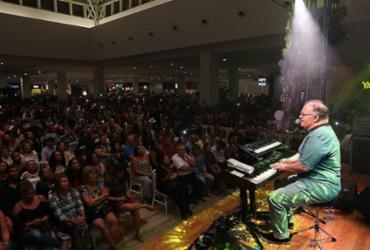 Guilherme Arantes faz show em shopping e emociona fãs