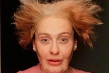 Adele comemora aniversário com fotos de si mesma 'idosa'