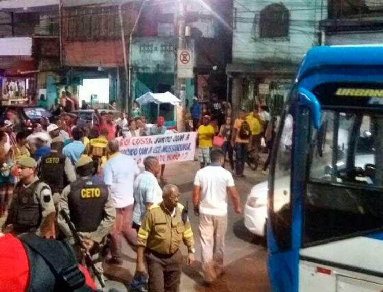 O grupo ocupou os dois sentidos da via por volta das 18h - Foto: Márcio Kabeça | Cidadão Repórter