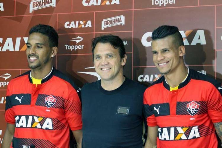 Petkovic posa com Todinho (E) e Thallyson (D), novos reforços do Vitória para o Brasileirão - Foto: Maurícia da Matta   EC Vitória