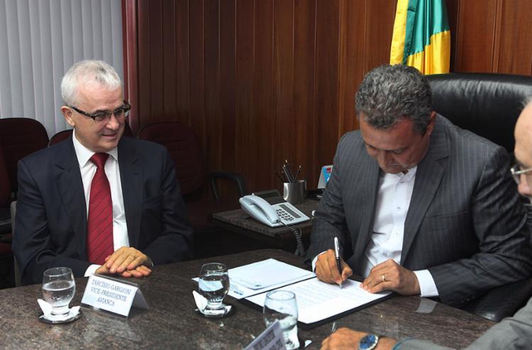 Rui Costa assina o decreto que reduziu a alíquota de ICMS para o querosene de aviação de 18% para 12% - Foto: Amanda Oliveira l Gov-BA
