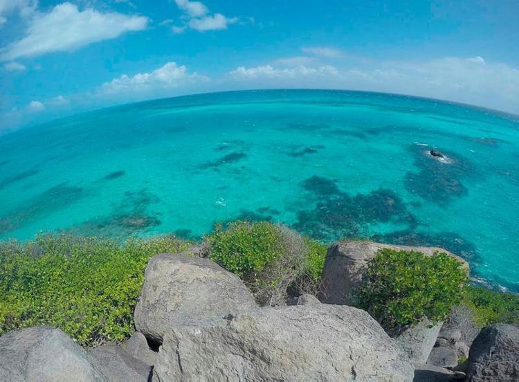 A ilhota Cayo Cangrejo é cercada por águas transparentes - Foto: Divulgação