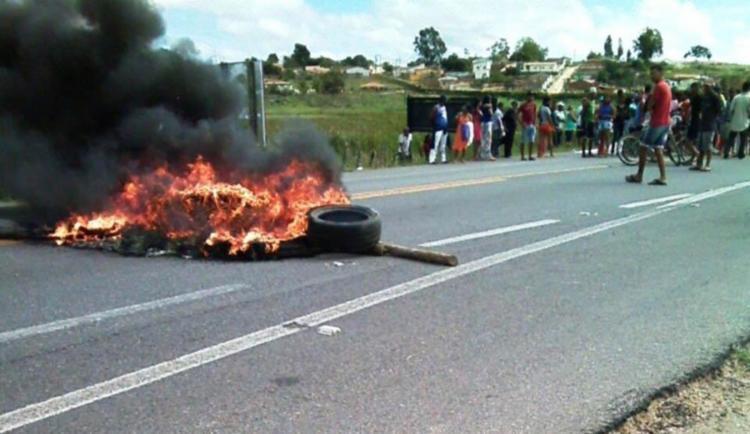 Moradores incendiaram pneus e interditaram a pista nos dois sentidos - Foto: Reprodução | Itirucu Online