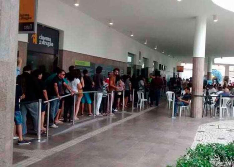 Fãs fazem fila para se despedir do artista - Foto: Edwirges Nogueira   Ag. Brasil