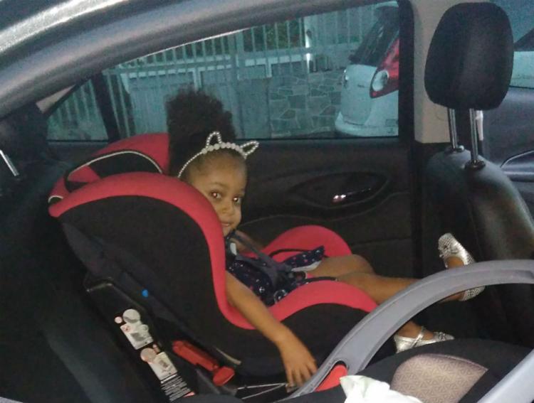 Cecilia, de 2 anos, não passeia de carro sem a cadeirinha e cinto de segurança - Foto: Arquivo Pessoal