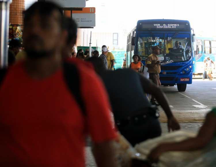 Homem foi encurralado pela população no terminal e agredido - Foto: Joá Souza | Ag. A TARDE | 23/03/2017