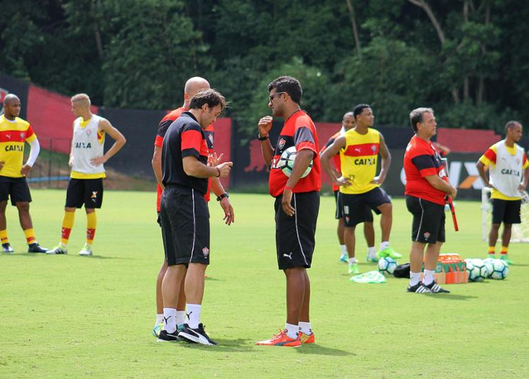 Petkovic e Wesley trocam ideias durante treino na Toca do Leão - Foto: Maurícia da Matta l EC Vitória