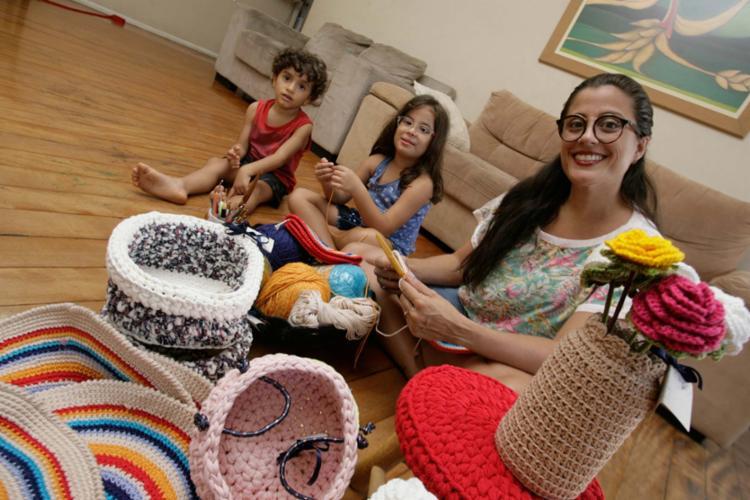 Após o terceiro filho, Joana transformou o hobby de fazer crochê em negócio - Foto: Mila Cordeiro | Ag. A TARDE