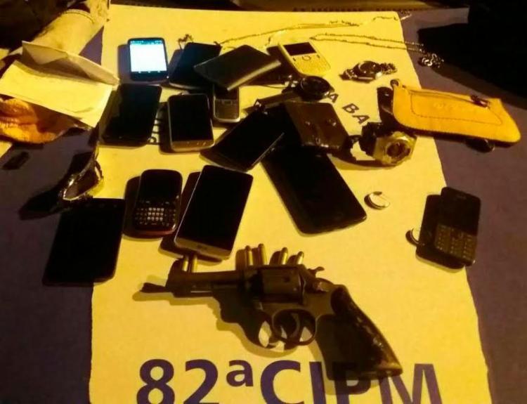 Policiais apreenderam revólver e outros objetos com a dupla - Foto: Divulgação | PM