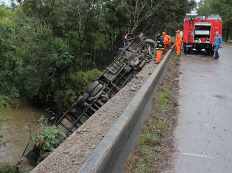Ônibus tombou em uma ponte na ERS-400 e caiu no Arroio - Foto: Reprodução | GAZ