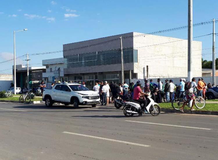 Ciclista foi arrastado após a colisão - Foto: Reprodução   Ed Santos   Acorda Cidade