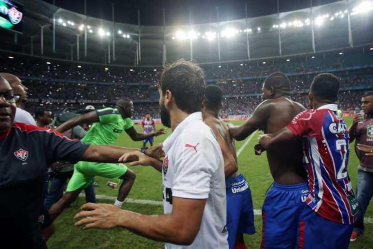 Após o apito final, jogadores e comissão técnica de Bahia e Vitória partiram para briga - Foto: Raul Spinassé | Ag. A Tarde