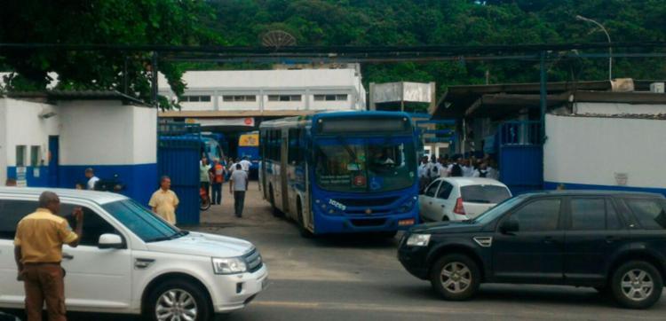 Rodoviários atrasaram saída das garagens - Foto: Raul Spinassé | Ag. A TARDE