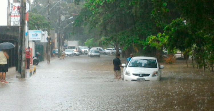 Mau tempo causa transtornos em Salvador - Foto: Raul Spinassé | Ag. A TARDE