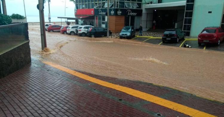 Água desceu da Marques de Caravelas sentido Oceânica - Foto: Cidadão Repórter