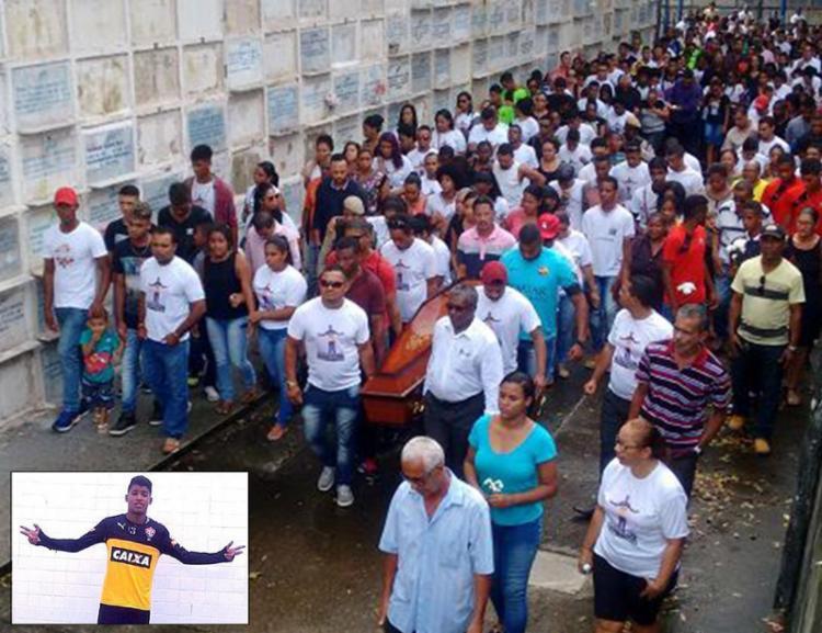 Sepultamento do atleta, que passou pelas divisões de dupla Ba-Vi, levou uma multidão ao Cemitério Quinta dos Lázaros - Foto: Alexandre Santos l Ag. A TARDE