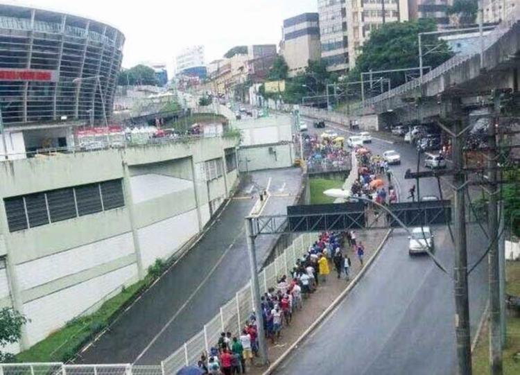 Torcedores formaram longas filas na Ladeira Fonte das Pedras, no entorno da Arena - Foto: Divulgação | EC Bahia