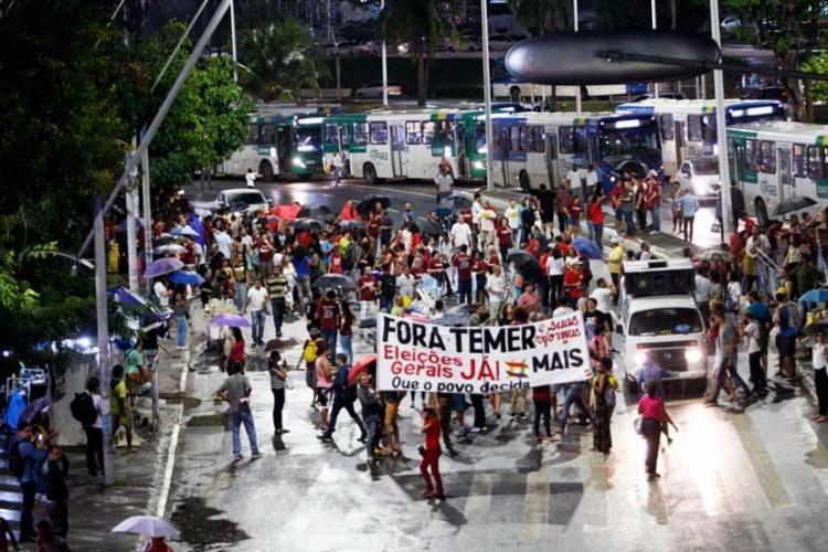 Manifestantes ocuparam a avenida ACM, proximidades do Iguatemi, para pedir a renúncia do presidente - Foto: Margarida Neide | Ag. A TARDE