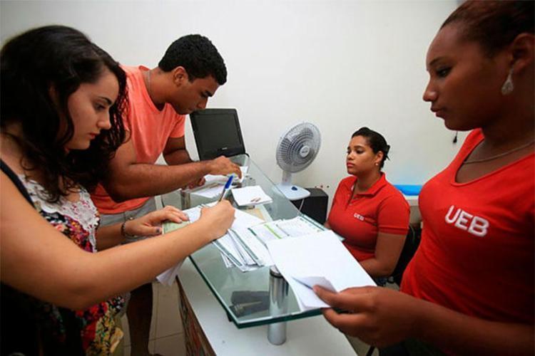 Daiane Maria Vieira, 19 e João Gabriel Gonçalves dos Santos, 19, solicitaram a carteira de estudante na sede da UEB - Foto: Joá Souza | Ag. A TARDE