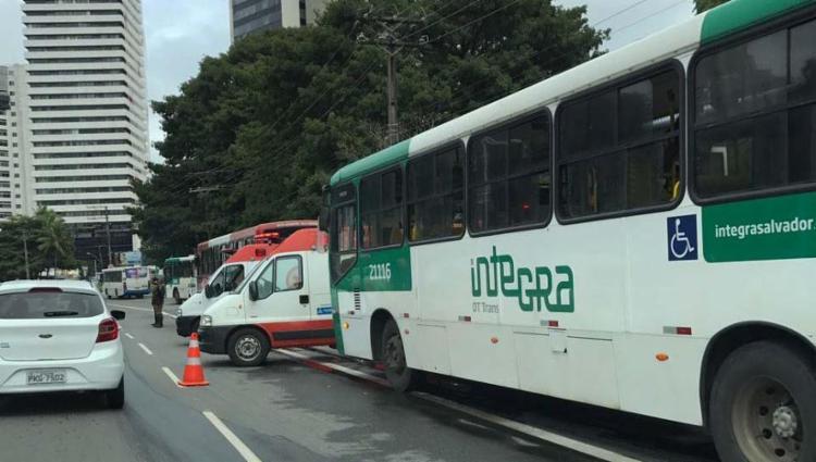 Colisão entre coletivos aconteceu na avenida ACM - Foto: Paulo Aragão | Cidadão Repórter