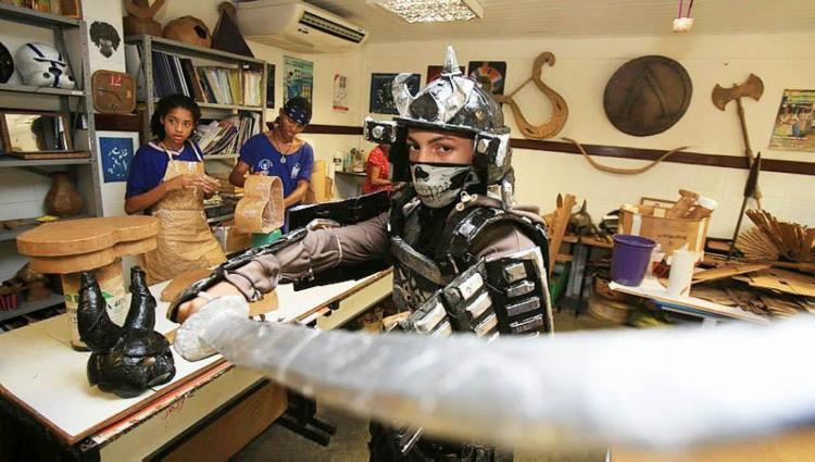 Paulo, 17 anos, fez uma armadura da arte marcial 'Kendô' - Foto: Joá Souza   Ag. A TARDE