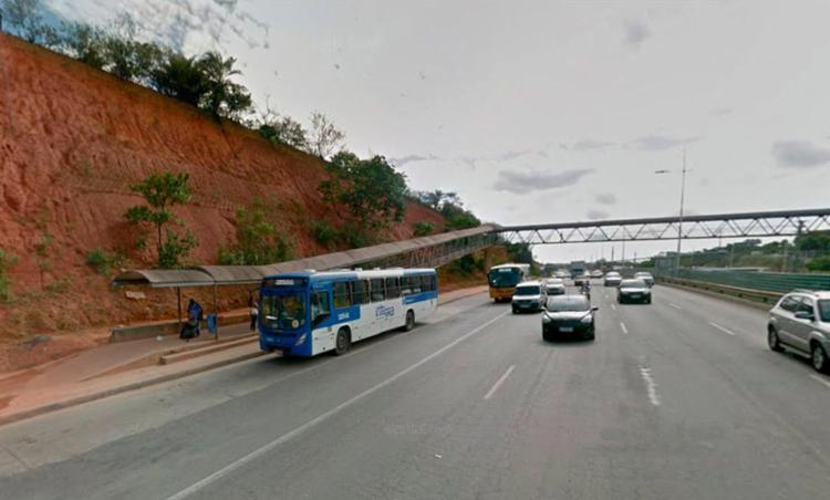 Crime aconteceu próximo à passarela do shopping Paralela (sentido centro) - Foto: Reprodução | Google Maps