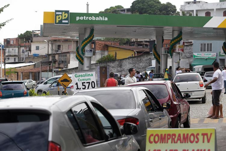 Litro da gasolina vendido a R$ 1,57 é uma forma de protesto contra a pesada carga de impostos - Foto: Adilton Venegeroles l Ag. A TARDE