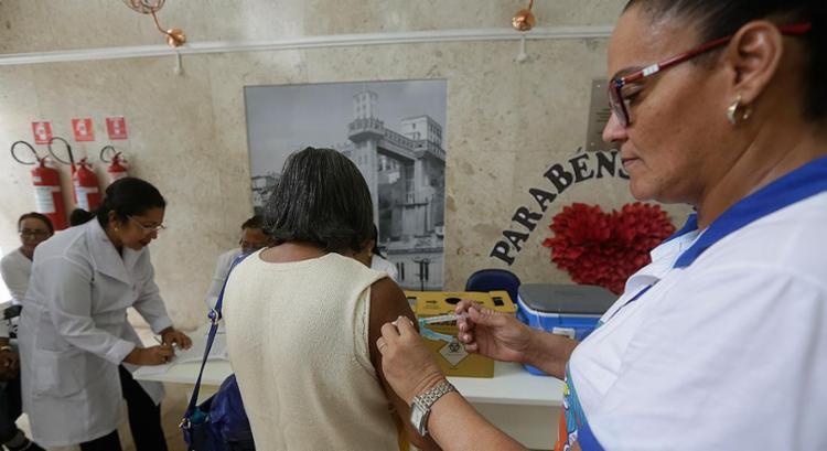 Imunização está disponível nos postos para a população em geral - Foto: Adilton Venegeroles l Ag. A TARDE